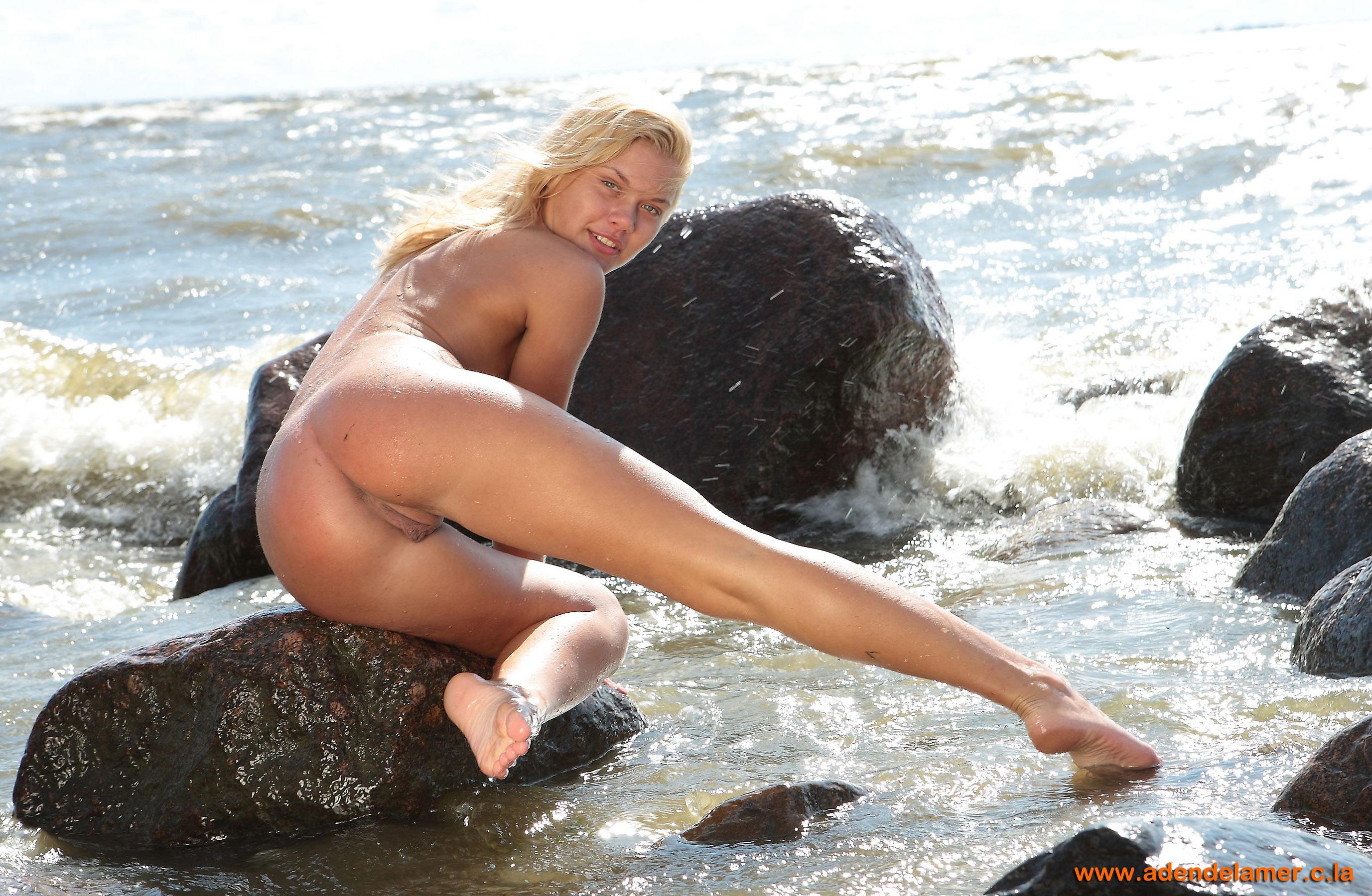 Снял блондинку на пляже 2 фотография