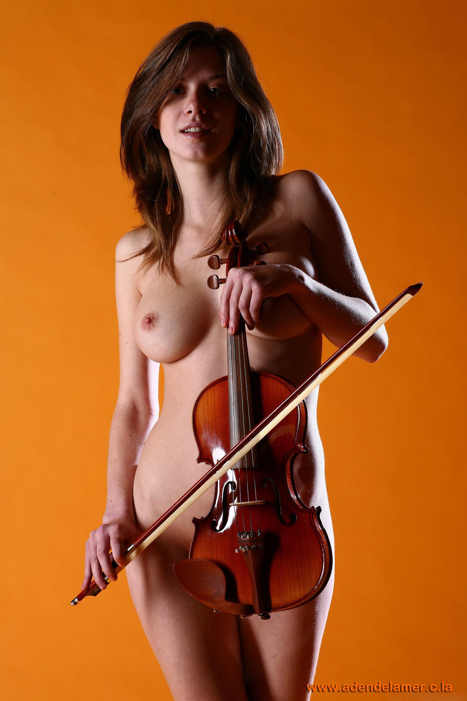 Фото голой скрипачки 1 фотография